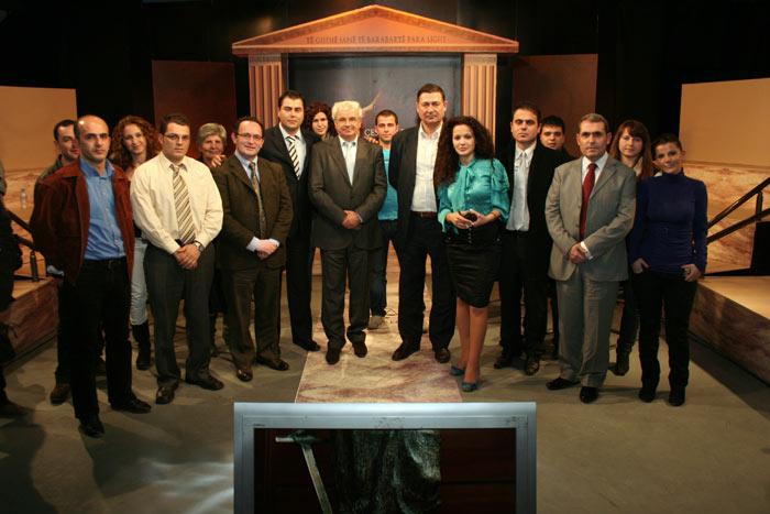 Foto grupi e stafit realizues, përfaqësuesve donatorë dhe të ...